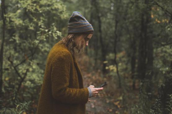 woman-texts-during-autumn-hike_925x